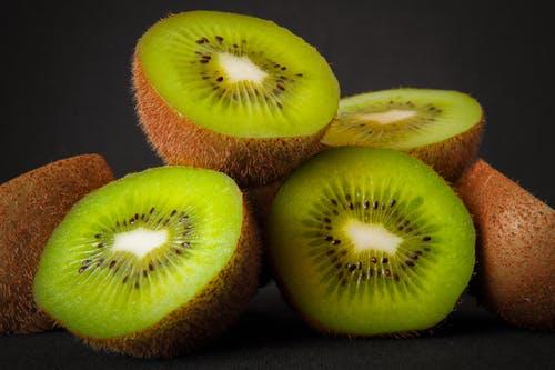 Kiwi kaise khaye - how to eat kiwi fruit in Hindi